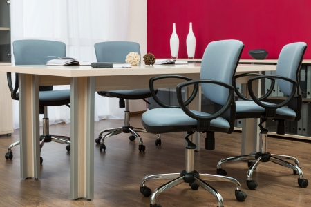 muebles de oficina: mesa de conferencia en una oficina moderna Foto de archivo