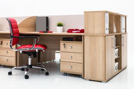 Tisch und roten Stuhl auf einer weißen Wand
