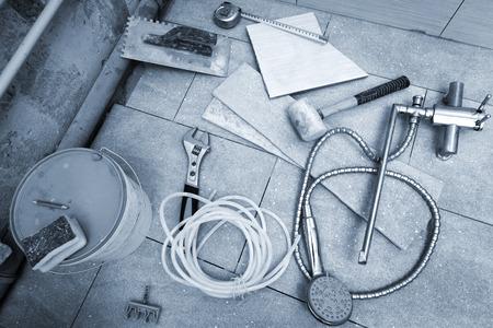 verschiedene Werkzeuge für die Renovierung im Bad