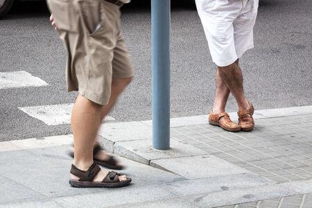 sandalias: un hombre en la parada de autobús Foto de archivo