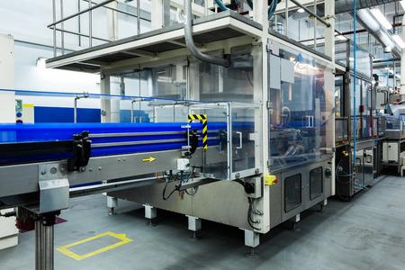 Trasportatore che lavora in una fabbrica moderna Archivio Fotografico - 35509622
