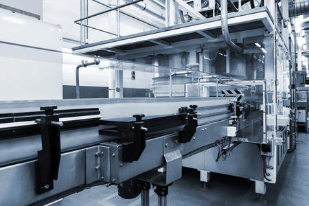 近代的な工場で働くコンベア
