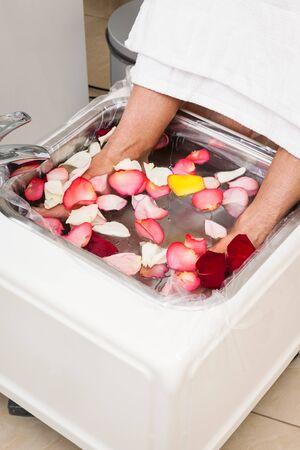 pedicura: baño con hoja rosa en pedicura