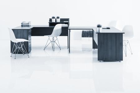 muebles de oficina: mesas y sillones con la reflexión sobre fondo blanco
