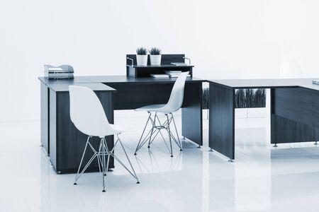 muebles de oficina: escritorios y sillas con la reflexión sobre fondo blanco