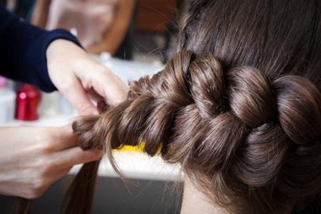 peluqueria: trenzas de tejido en el salón de peluquería