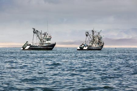 vissersboten in de baai van de Stille Oceaan Stockfoto
