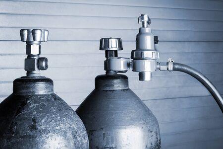 wasserstoff: zwei blaue Sauerstoffflaschen Nahaufnahme Lizenzfreie Bilder
