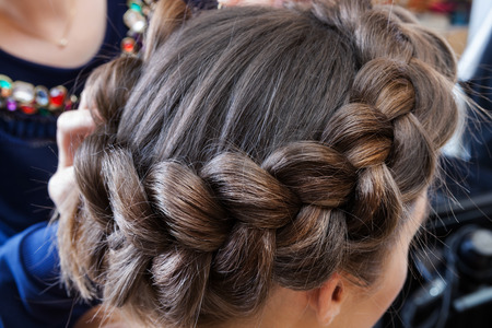 braided hair: weave beautiful braids in a hairdressing salon