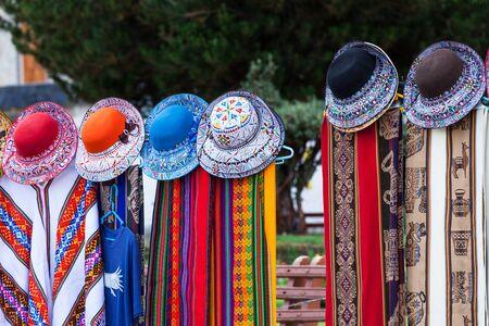 america del sur: hermosas bufandas y sombreros en un mercado en el Perú Foto de archivo