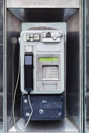 oude betaaltelefoon in een straat in de stad