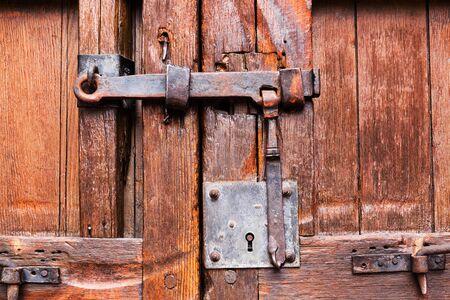 木製ドアが閉まってロックとラッチ