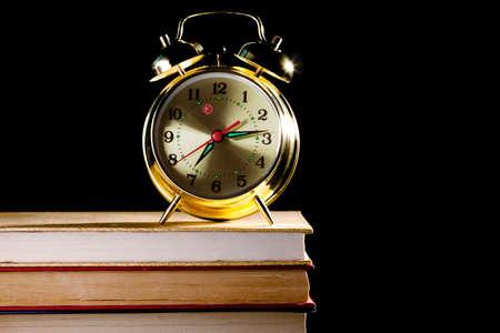 orologi antichi: Sveglia in piedi su vecchi libri