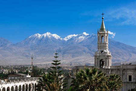 背景の火山で最も古い教会