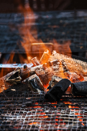holzbriketts: charcoal fire grill, close up with live flames