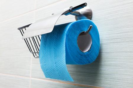 Toilettenpapierhalter im modernen Badezimmer