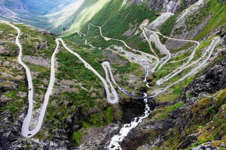 De sleeplijnweg van Noorwegen - bergroute van Trollstigen
