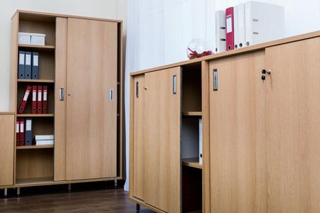 Armarios con carpetas en una oficina moderna.