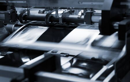 Proceso poligráfico en una imprenta moderna.