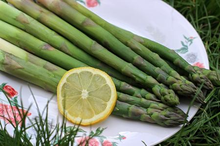 green asparagus with lemon slice Imagens