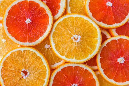 Sfondo astratto con fette di arance gialle e rosse