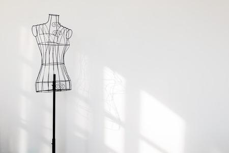 白い壁でビンテージ マネキン スタンド。 写真素材