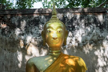ang thong: ANG THONG PROVINCE, THAILAND - MAY 17, 2015: Wat Sang Kratai is 400 years old temple. It is deserted temple in Ang Thong Province, Thailand. Editorial