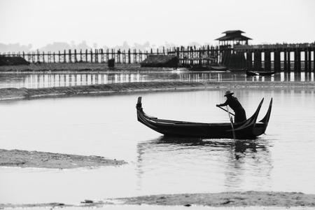 boatman: Black and white of Burmese boatman at U Bein bridge, Taung Tha Man Lake in Amarapura, Mandalay, Myanmar Stock Photo