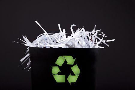 garbage bin: ubicaci�n de la basura con s�mbolo tiras de papel y reciclaje