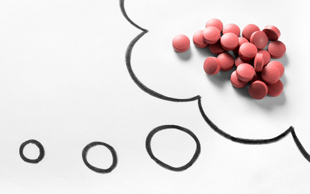 약물 중독 또는 문제 또는 궁금한 약물 개념. 생각 연설 거품과 생각 구름 손 표시와 함께 종이에 그려진에서 약의 더미. 스톡 콘텐츠 - 95476420