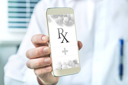 Elektronisch recept. Mobiele e-recept-app. Arts die lijst van geneeskunde geeft aan patiënt. Smartphone van de apothekerholding met een denkbeeldige medische toepassing. Stockfoto - 95506362