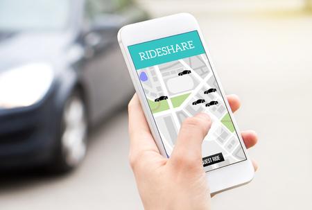 Montez le service de taxi partagé sur l'écran du smartphone. Application de covoiturage en ligne et application mobile de covoiturage. Femme tenant un téléphone avec une voiture en arrière-plan. Personne qui commande un tour avec un téléphone portable.