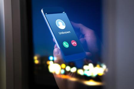 Unbekannte Nummer, die mitten in der Nacht anruft. Anruf von einem Fremden. Person, die spät Mobile- und Smartphonehaus hält.