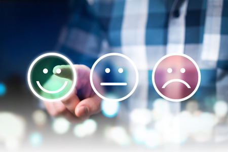Geschäftsmann, der Bewertung und Bericht mit den glücklichen, neutralen oder traurigen Gesichtsikonen gibt. Umfrage zur Kundenzufriedenheit und Servicequalität. Modernes abstraktes Feedback-Konzept.