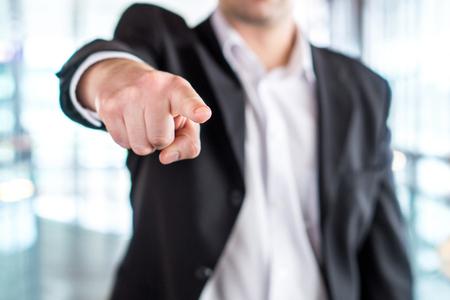 Jefe dando orden o despidiendo empleado. Hombre de negocios de gran alcance que señala la cámara con el dedo. Ejecutivo o gerente enojado. Liderazgo duro, disciplina estricta, acoso laboral o peleas en el trabajo.