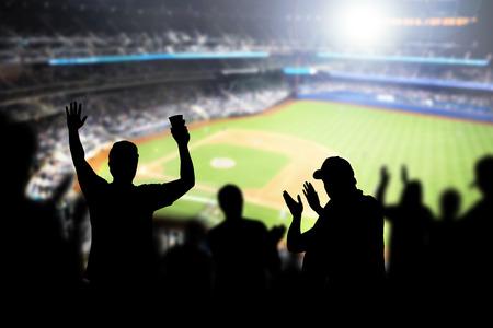 Appassionati di baseball e folla che acclamava allo stadio e guardava la partita nel campo da baseball. Gente felice che si gode una partita e un evento sportivo nell'arena. Amici che guardano la partita in diretta.