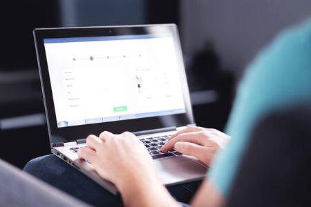 Informations personnelles pour acheter en ligne. Remplir un formulaire électronique sur internet avec un ordinateur portable. Informations client numériques sur le site Web. Homme achetant un service ou commandant un produit. Protection des données Web dans le commerce électronique.