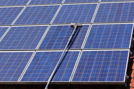 Cleaning solar panels 免版税图像 - 32926513