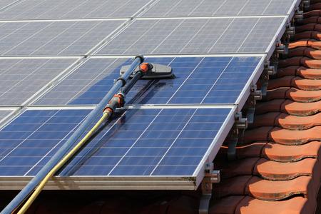 Nettoyage des panneaux solaires Banque d'images - 32926567