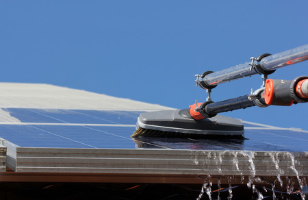태양 전지 패널을 청소