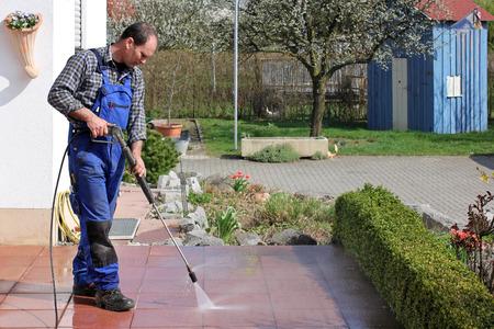 limpieza  del hogar: Trabajador con el limpiador de alta presión, terraza