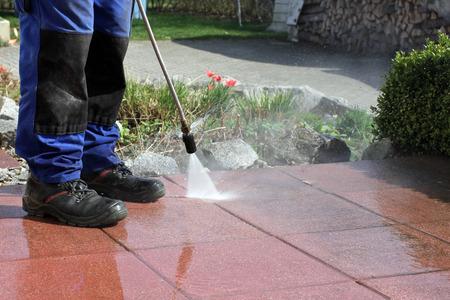 personal de limpieza: Limpiador de alta presi�n, terraza Foto de archivo