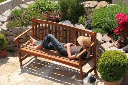 庭のベンチでリラックス