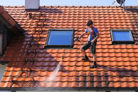 personal de limpieza: Limpieza de techo con alta presi�n