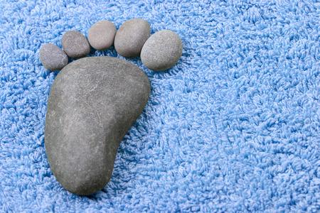 huellas pies: símbolo de pie sobre una toalla de felpa