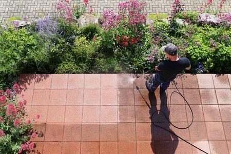 Nettoyer les dalles de pierre avec le nettoyeur haute pression Banque d'images