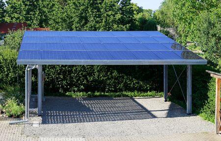 Neuer Carport mit halbtransparenten Photovoltaikmodulen Standard-Bild