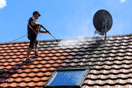 Roof cleaning with high pressure cleaner Standard-Bild