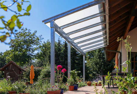 Terrace with glass roofing and a view of the garden Standard-Bild