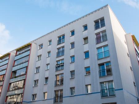 Niedrige Winkelsicht des neuen Wohn low rise Wohnung Gebäude unter blauem Himmel